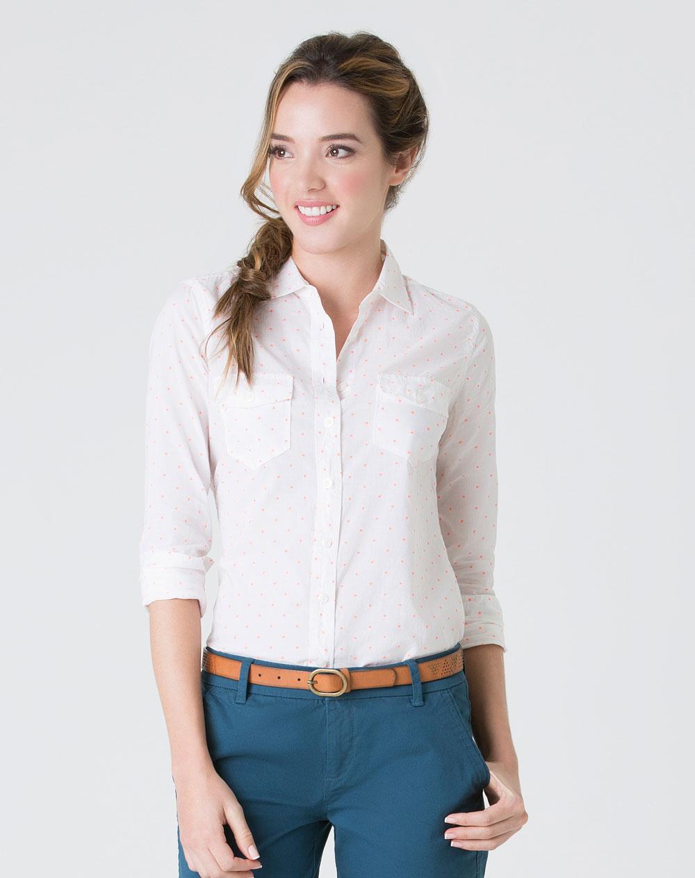 Camisetas y tops para mujer. Las camisetas y los tops son piezas de ropa básicas que nunca pueden faltar en nuestro armario. Estas prendas de ropa consiguen adaptarse, tanto a los cambios en las tendencias de moda, como a los diferentes gustos de cada mujer.